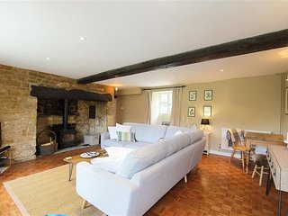 HOME FARM COTTAGE, 3 bedrooms and perfect for travellers, Barton on the Heath