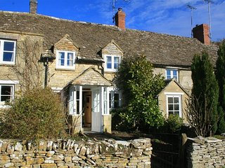 Brooklands - BROOKLANDS, romantic, with open fire in Chedworth, Ref 988712