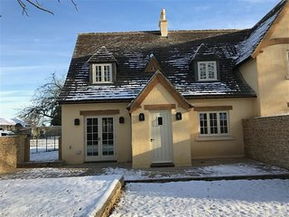 The Henhouse - THE HENHOUSE, pet friendly, with open fire in Tetbury, Ref 988853
