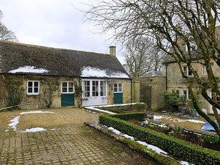 Hazel Manor Wing - HAZEL MANOR WING, pet friendly, with open fire in Stroud, Ref