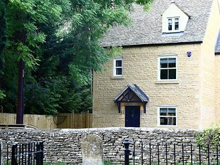 Church View - CHURCH VIEW, family friendly in Bourton-On-The-Water, Ref 988729
