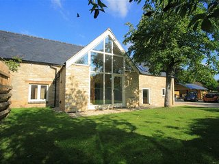MALT BARN, 6 bedrooms and perfect for friends and families, Upper Brize