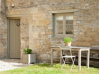 THE COMPTON COTTAGE, 2 bedrooms and perfect for small families, Northleach