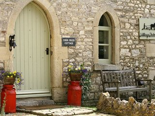 CIDER PRESS COTTAGE, perfect for two couples, Bath