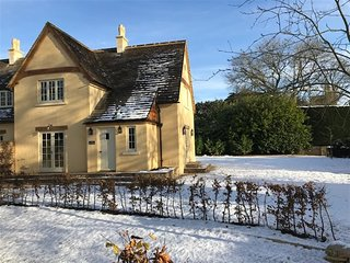 The Rectory - THE RECTORY, pet friendly, with open fire in Tetbury, Ref 988641