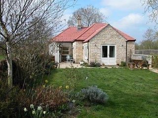 Lock Keeper's Cottage - LOCK KEEPER'S COTTAGE, pet friendly in Seend, Ref 988891