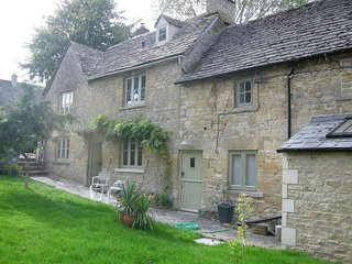 Tannery Cottage - TANNERY COTTAGE, pet friendly, with open fire in Burford, Ref