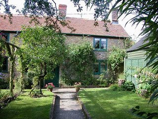 ABBOTS COTTAGE, perfect for couples and families with young children, Stour