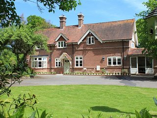 THE LODGE AT BASHLEY, 4 bedrooms and swimming pool, Lymington