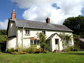 LOWER GOOSEMOOR COTTAGE, king size bedroom and private grounds, Wheddon Cross