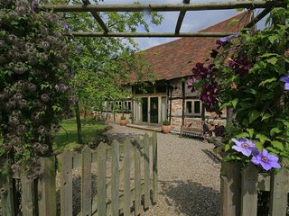 Whites Farm Barn - WHITES FARM BARN, romantic, with a garden in Ledbury, Ref 988
