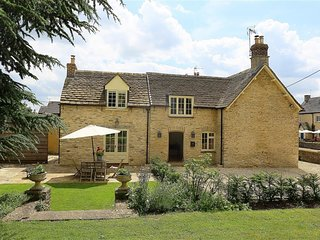NUMBER 11, HOLLYWELL, 3 bedrooms and perfect for friends and families, Shipton M