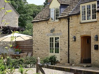 NUMBER 11, HOLLYWELL, 3 bedrooms and perfect for friends and families, Shipton