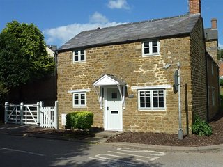 Hollytree Cottage - HOLLYTREE COTTAGE, pet friendly in Hook Norton, Ref 988835