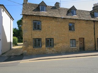 Newbury Cottage - NEWBURY COTTAGE, pet friendly in Bourton-On-The-Water, Ref 988