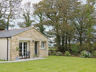 CAMELLIA, dog-friendly, woodburner, near Penzance