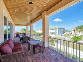 8BR Beach Compound w/ 2 Private Pools, Great for Big Groups - Walk to Beach