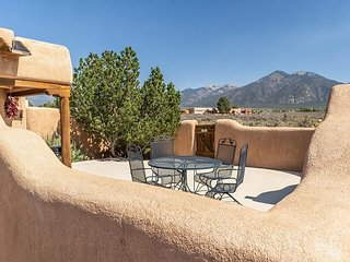 Pet-Friendly Mountain View 2BR Adjacent to Hot Springs