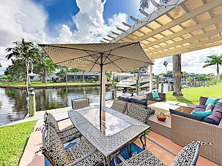 Canalfront 2BR/2BA in North Fort Myers w/ Spacious Screened Lanai & Fire Pit