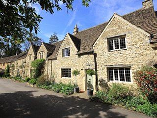 CASTLE COMBE COTTAGE, perfect for two couples, Castle Combe