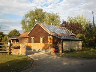 Robbie's Barn - ROBBIE'S BARN, pet friendly, with open fire in Ettington, Ref 98