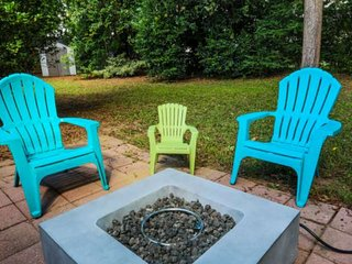15 min to Folly Beach & downtown Charleston! Family friendly home with fenced ba