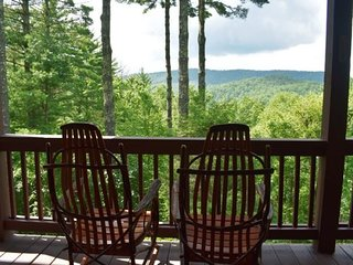 LIVIN' ON THE EDGE -Sleeps 8-10, Fire-Pit, Foosball, Pool Table, Hot Tub, WiFi