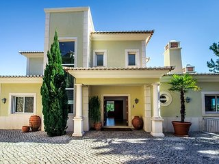 6 bedroom Villa with Air Con, WiFi and Walk to Beach & Shops - 5620926