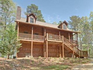 BEAR CUB RETREAT - A wonderfully appointed cabin in North Georgia