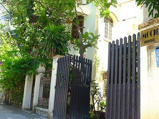 Moon house - East side - tropical garden