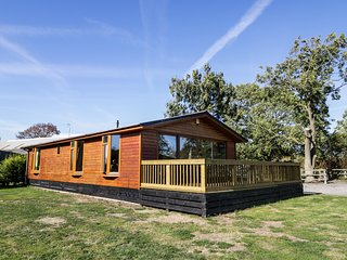 ASH TREE LODGE, detached log cabin, fabulous views, all ground floor, hot tub, i