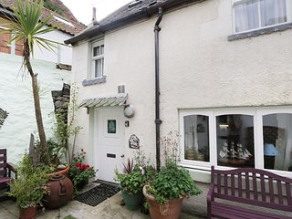BENJAMIN'S COTTAGE, cosy cottage with a short walk to sea, in Gardenstown, Ref 3