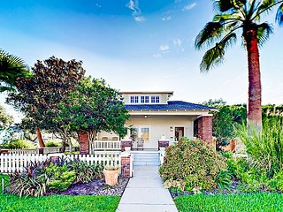 The Craftsman Bungalow 3BR, Walk to Gulf & Pier w/ Lush Outdoor Entertaining