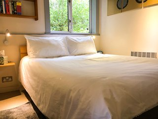 Awaiting you: fresh hotel-quality Egyptian cotton linen and two thicknesses of memory foam pillows.
