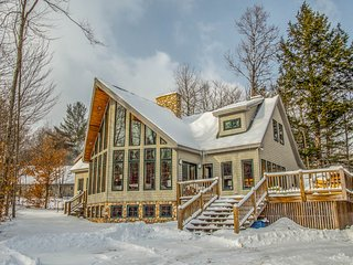The Fun House at Sunday River- Walk to the Slopes!- Hot Tub, Huge Kitchen, Games