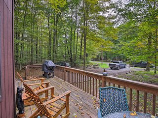 Pocono Lake w/Deck - Walk Lake & Pool Access!