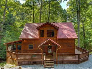 NEW LISTING! Hillside cabin w/ private hot tub, entertainment & fireplace