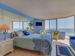 Couples Getaway! Oceanfront! Gorgeous views, hot tub & pool, easy beach access!
