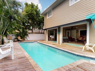 NEW LISTING! Bay side family-home w/pool, 2 blocks from Bean Point beaches