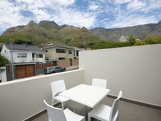 Cozy apartment close to the center of Cape Town with Internet, Pool, Balcony