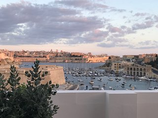 Stunning 3 Bedroom with Large Terrace with Panoramic views of Valletta