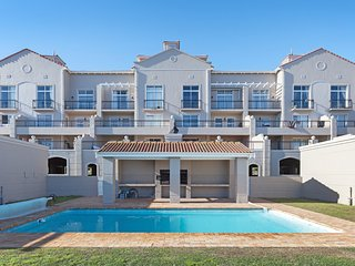 Spacious apartment in Cape Town with Parking, Washing machine, Pool, Balcony
