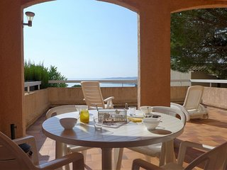 2 bedroom Apartment with Pool, WiFi and Walk to Beach & Shops - 5051814
