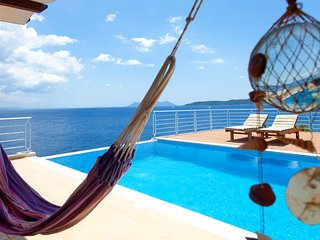 Villa for 10 guests with private seafront acess and private pool