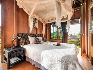 Angel House Ubud: Lumbung Suite Queen bed. AC, Fan, Pool ++