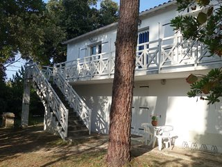 3 bedroom Apartment with Walk to Beach & Shops - 5648361
