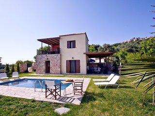 Beautiful Villa With Private Pool- Sea Views -Near To Beach and Village Glossa