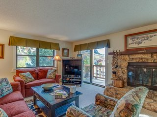 NEW LISTING! Mountain view condo w/balcony, fireplace & hot tub-walk to lifts