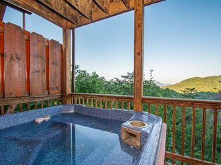 Close to Dollywood ~4-King Beds *FREE TICKETS* VIEWS - ResortPool/HotTub/PoolTab