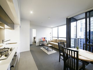 Cozy 2BR Suites, STUNNING VIEWS + POOL + FREE WiFi